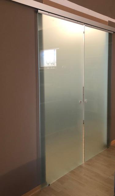 Due porte in vetro satinato scorrevoli  € 1400,00